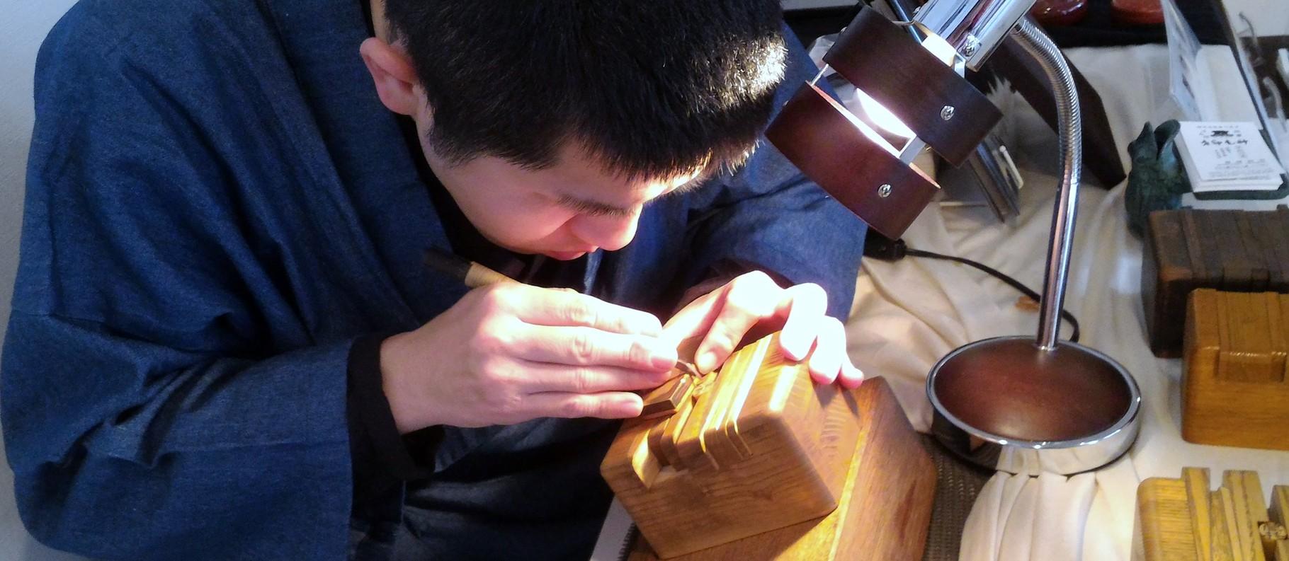 手彫り印章実演中(神尾印房)