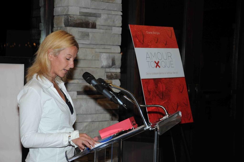 Geneviève St-Pierre annonce que mon livre est en vente dans toutes les bonnes librairies et disponible aussi en livre numérique.