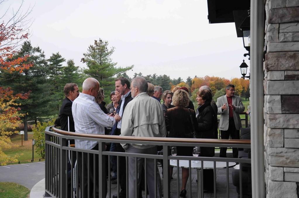 Les invités sur le balcon du Club de golf Le Mirage.