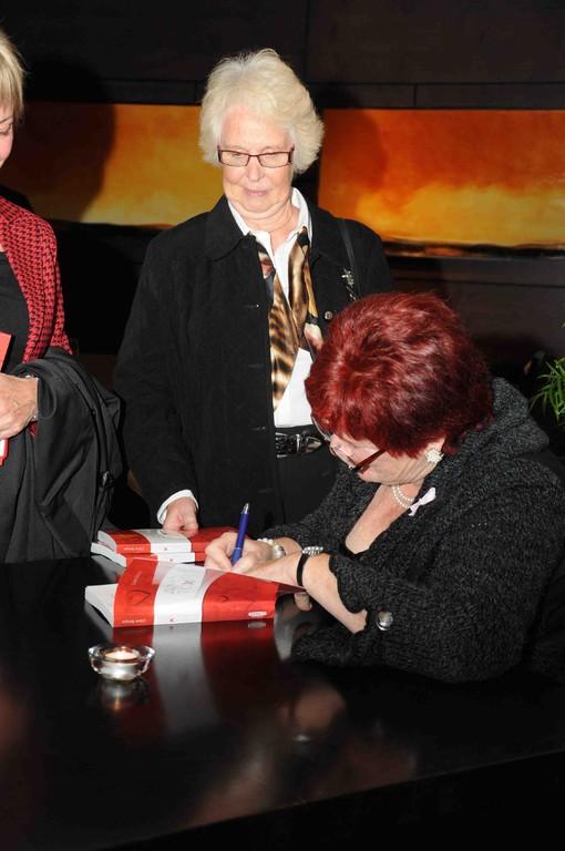 Denise Morin attend son livre dédicacé.