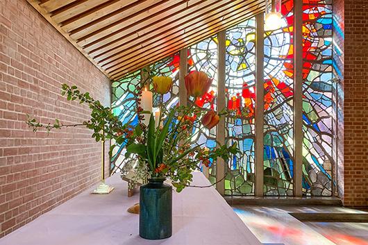 Altarraum mit Pfingstfenster   Bildquelle: www.trinitatis-kirche.de