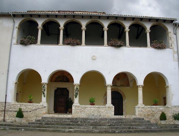 Facciata del convento con loggiato rinascimentale superiore