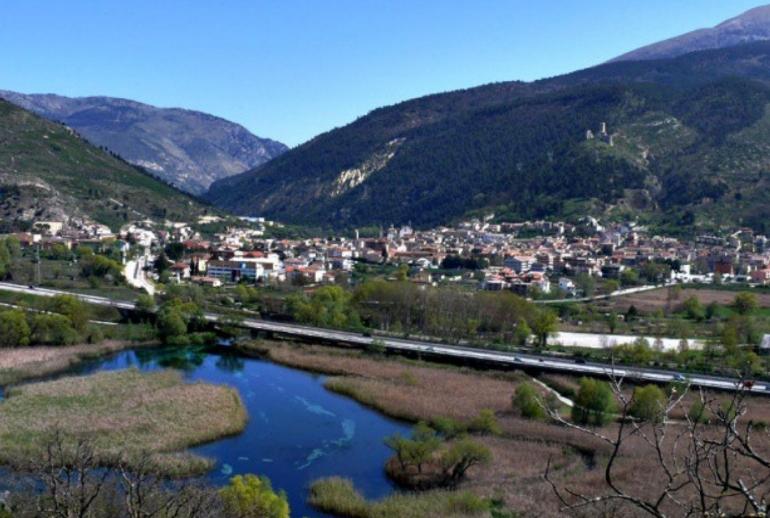Veduta del paese di Popoli con le sorgenti del fiume Pescara in primo piano
