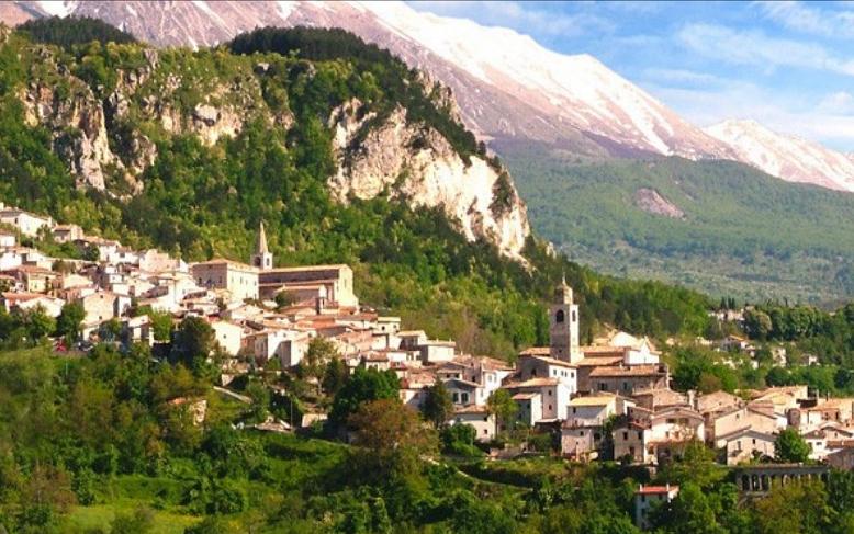 Veduta di Caramanico Terme sullo sfondo la Majella