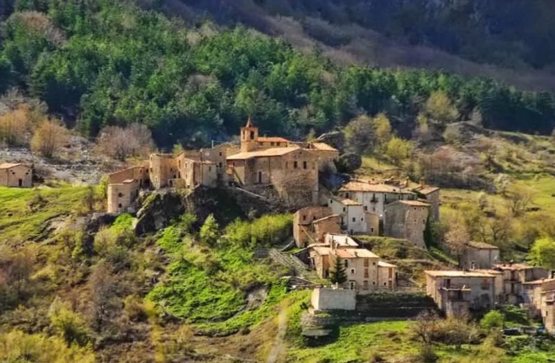 Veduta del piccolo paese di Roccacaramanico ai piedi del Monte Morrone