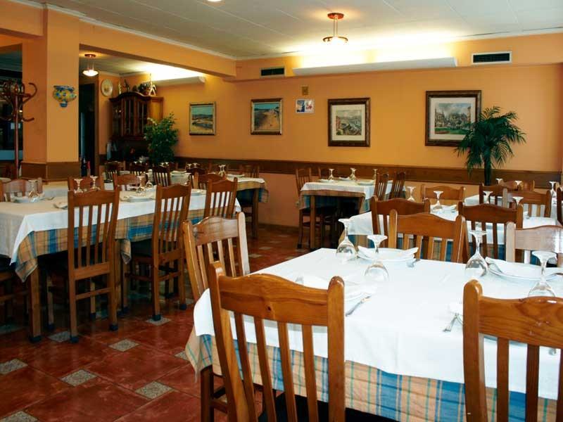 Mesas del restaurante sidrería Tino el Roxu de Gijón