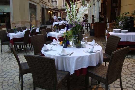 Mesas del restaurante El Rescoldo de Málaga