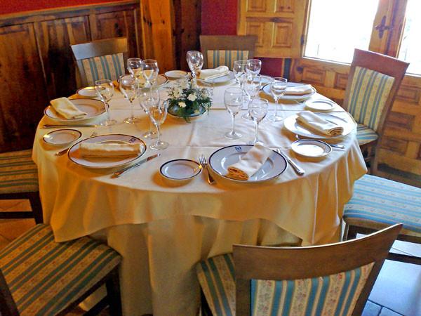 Mesa redonda en restaurante Los Arcos de Cuenca
