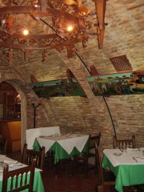 Salón del restaurante en una cueva
