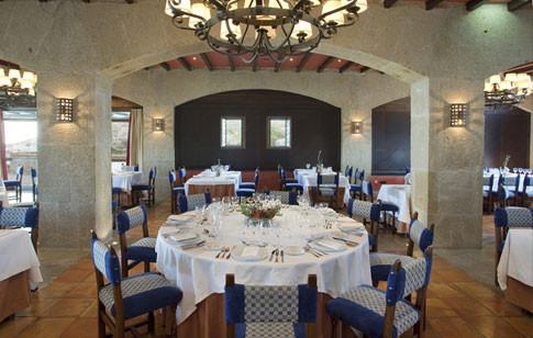 Mesa redonda del restaurante del parador