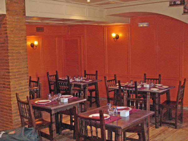 Mesas del bar restaurante Los Arcos de Cuenca