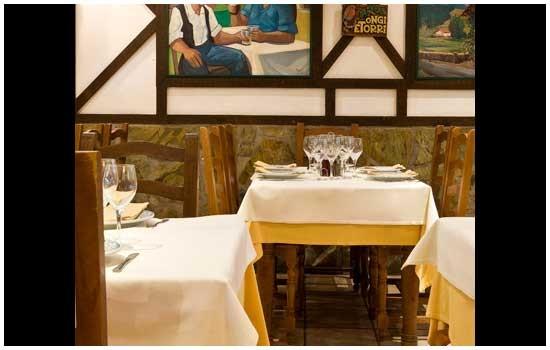 Mesas del restaurante sidrería Aurrerá de Benidorm