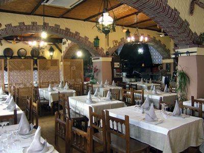 Mesas interiores del restaurante Aitona de Benidorm