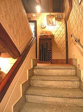 Escaleras del restaurante mesón La Oficina
