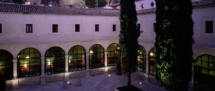 El Parador de Cuenca de noche