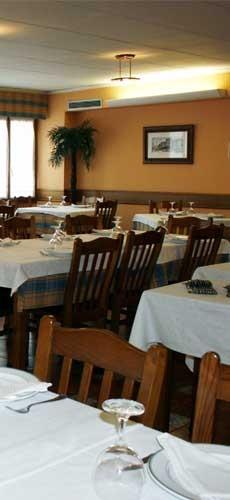 Mesas del restaurante Tino el Roxu