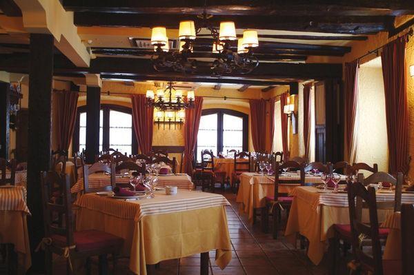 Salón del restaurante Regia de León