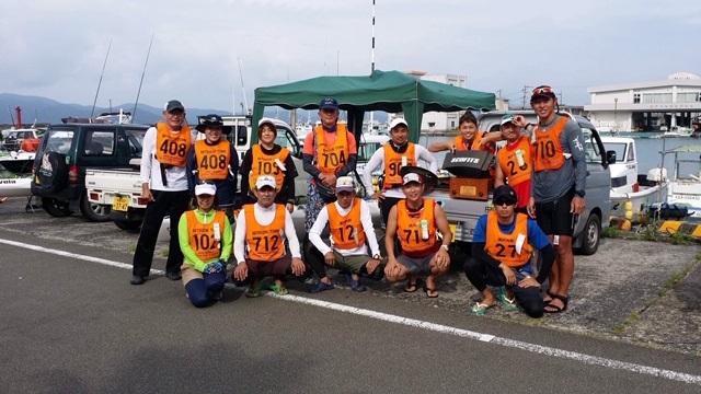 チームSCOFITS レース前の記念撮影。ディアブロを駆る切り込み隊長の菊地選手は多忙で不在でした。