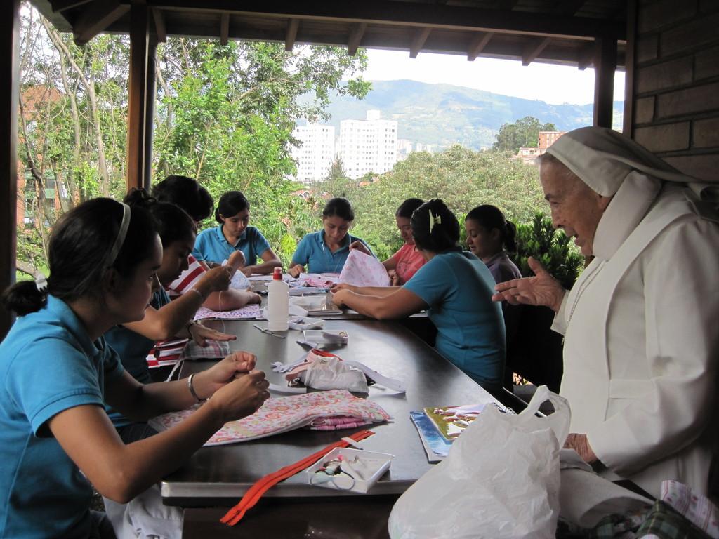 Postulantes en taller de artesanías