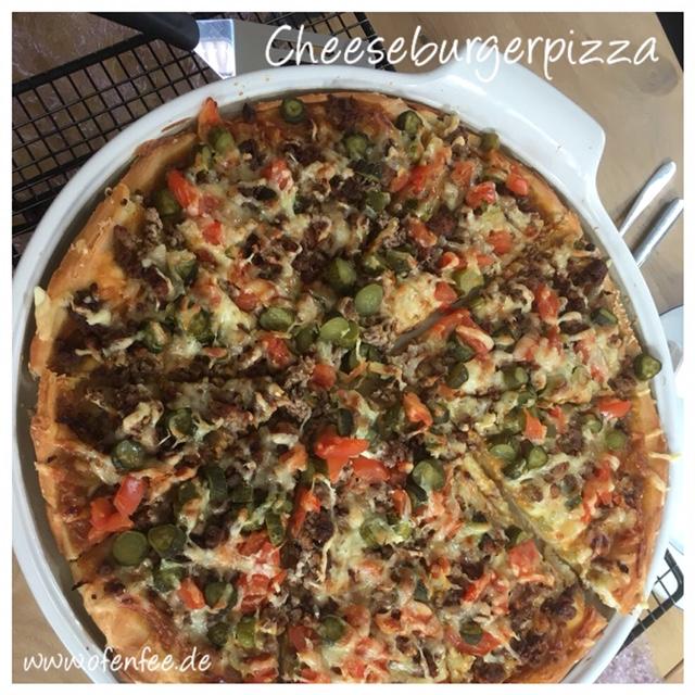 Cheeseburger Pizza auf der White Lady von Pampered Chef