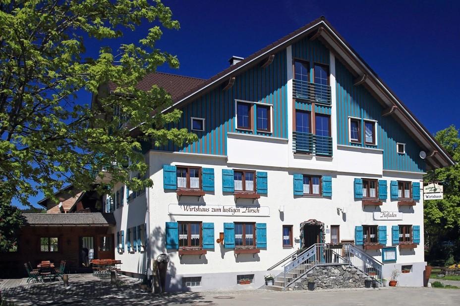 Genießen Sie Allgäuer Spezialitäten im Wirtshaus zum Lustigen Hirsch. Zu Fuß in  5 Minuten zu erreichen.  Reservierung empfohlen Tel. 08323/4915