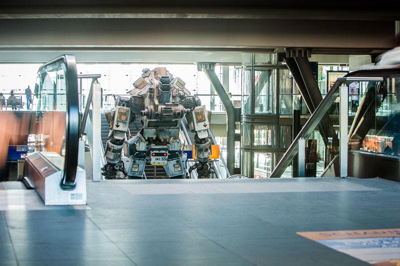 """""""Betty"""" aus dem EA Computerspiel """"Titanfall"""" steht mitten im Berliner Hauptbahnhof, obwohl das niemand für möglich gehalten hatte."""