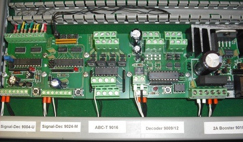 Beispiel der beschriebenen Montageart auf  Tragschiene TS35 und Halter WAGO 209-120 mit Verdrahtungskanälen 15015