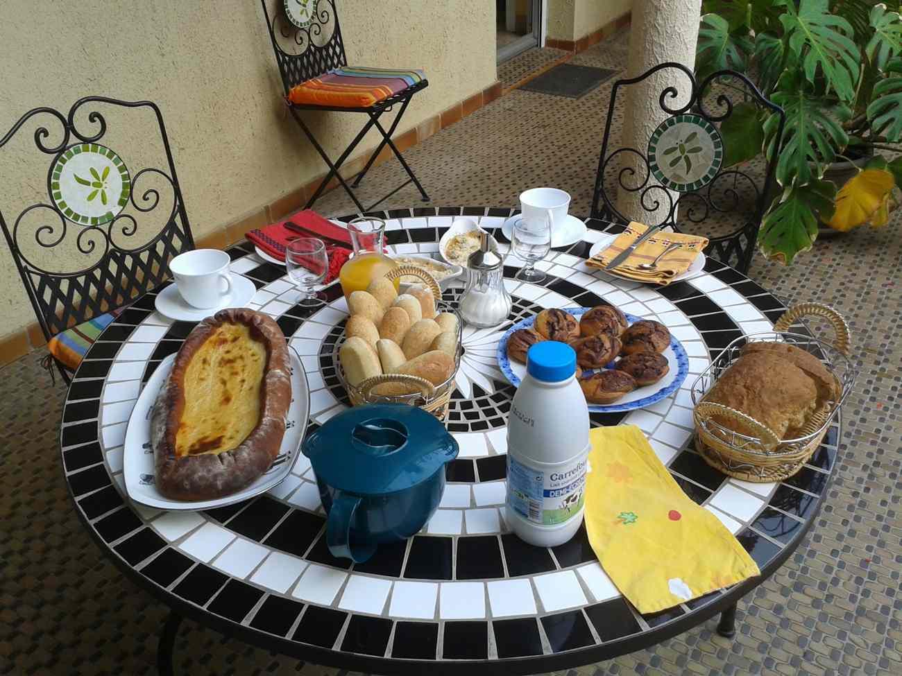 Le petit déjeuner dans le patio