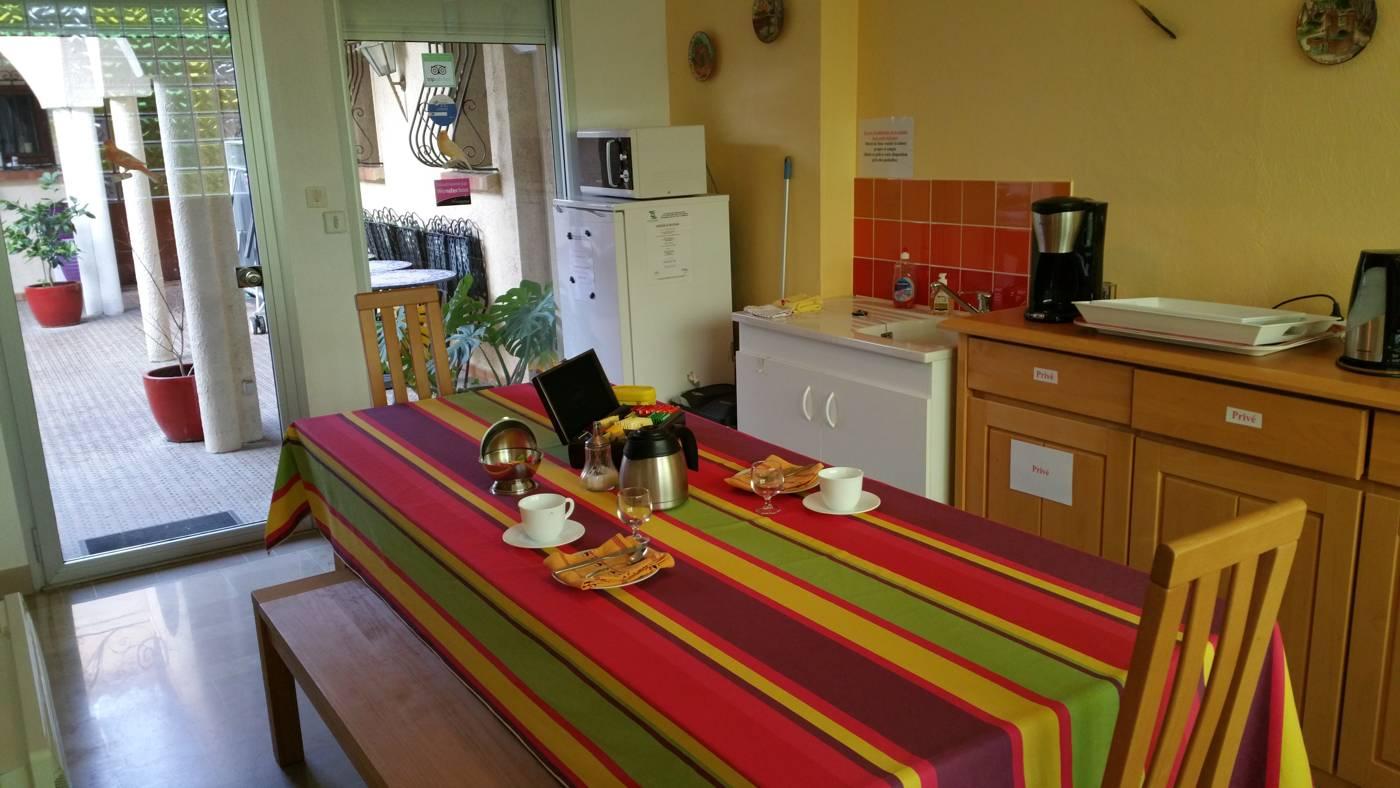 La kitchenette à disposition pour préparer des en-cas (chambres d'hôtes et gîtes Al Pati à Sorède)