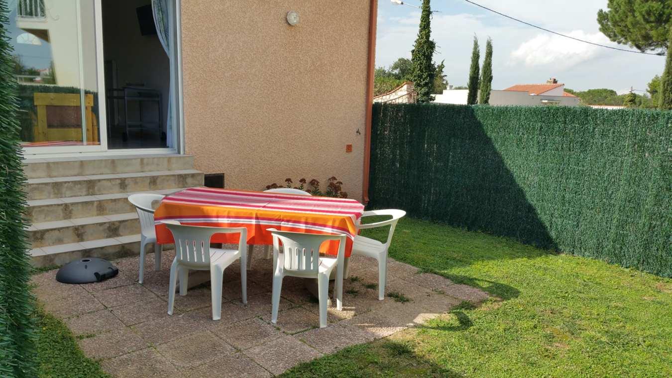 Le jardin et la terrasse du gîte Micocoulier proche Collioure et Argelès sur mer