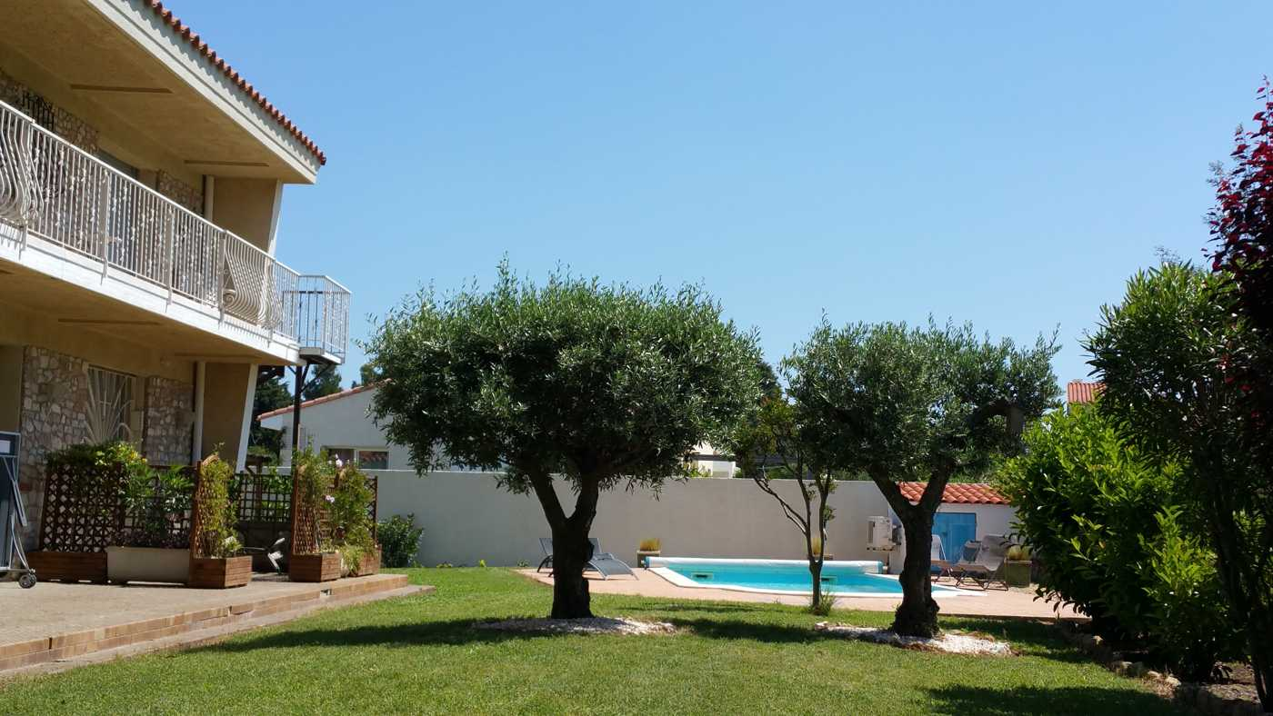 Le jardin et la terrasse du gîte Ultrera à Sorède proche Espagne