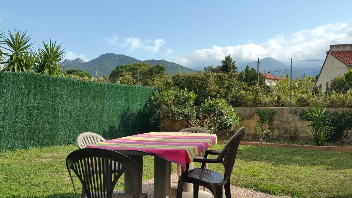 Le jardin et la terrasse du gîte Arbousier à Sorède proche Espagne