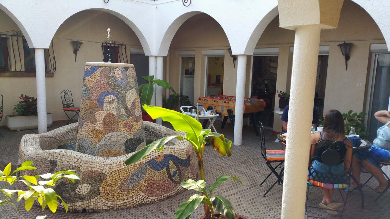 Le petit déjeuner dans le patio et sa fontaine (près de Argelès sur mer et Collioure)