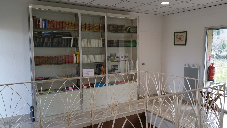 Bibliothèque, classeurs touristiques à l'étage (chambres d'hôtes et gîtes Al Pati à Sorède)