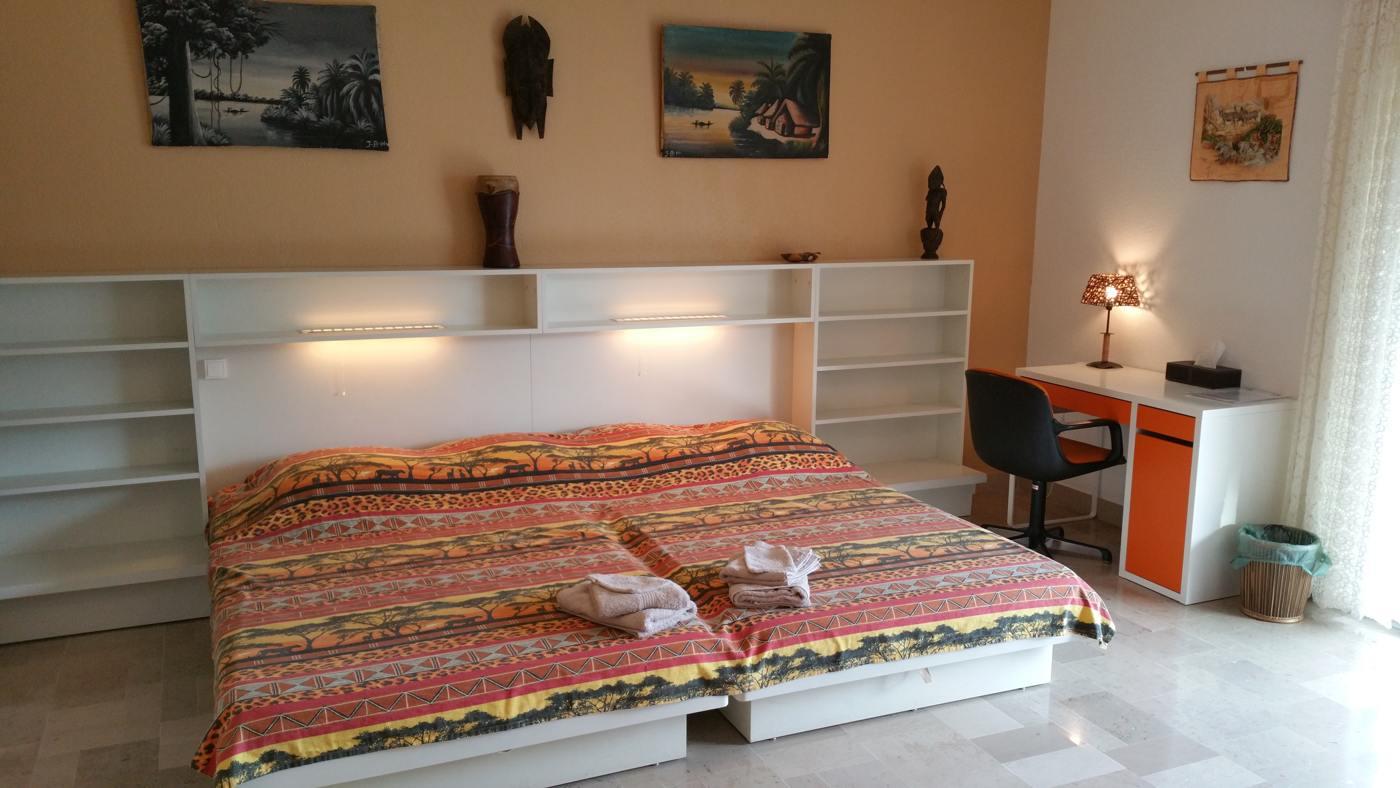 Le grand lit double de la chambre Pradets