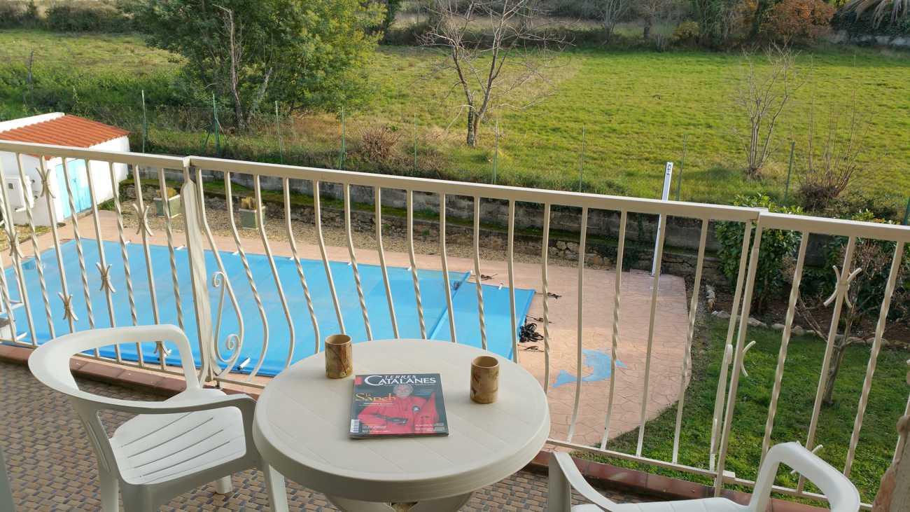 Vue sur la piscine de la terrasse de la Suite pradets