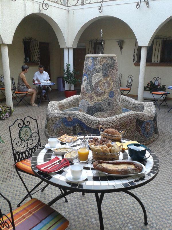 Petit déjeuner dans le Patio (chambres d'hôtes et gîtes Al Pati à Sorède)
