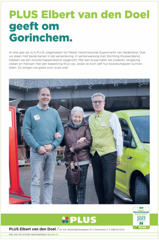 Nieuwe eigenaar Plus, Elbert van den Doel samen met een klant en vrijwilliger Paul van de Klussendienst.