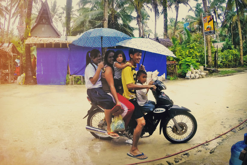 How many people fit on a motorbike? Many! Siargao Island | The Ultimate Guide To Siargao In The Philippines - For Non Surfers © Sabrina Iovino | #Siargao #Philippines #surfing #travel