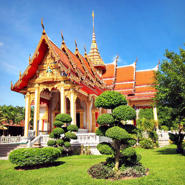 Wat Chalong Temple | Travel Guide To Phuket: Things To Do in Phuket And Places To Stay | Phuket offers natural beauty, rich culture, white beaches, tropical islands and plenty of adventure activities | via @Just1WayTicket | Photo © Sabrina Iovino