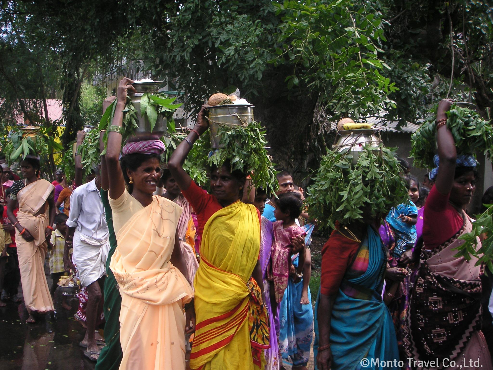お供え物を運ぶ南インドの女性