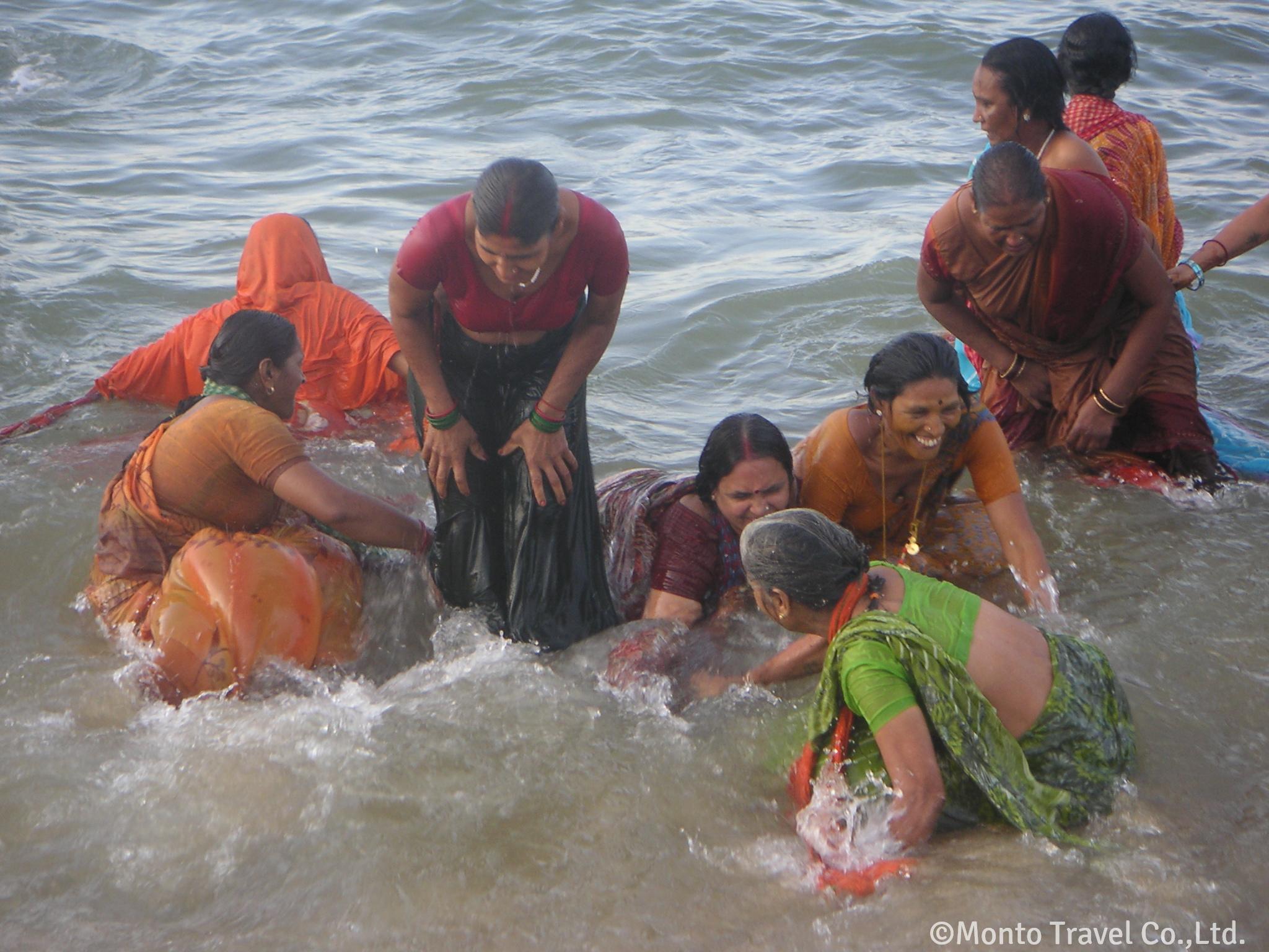聖地カンニャクマーリーで沐浴する人たち