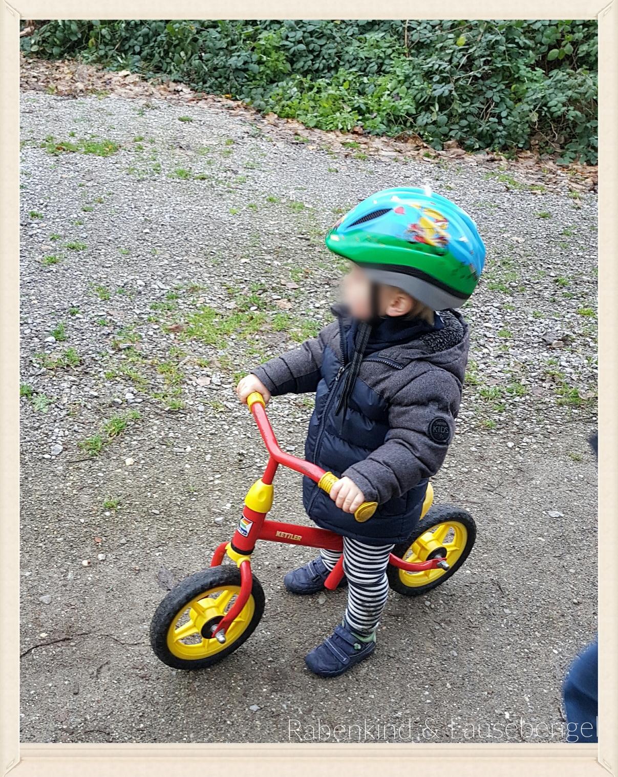 Der Lausebengel das erste mal mit seinem großen Laufrad unterwegs im Wald...