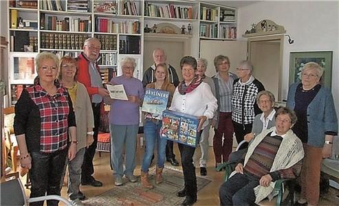 """Der Neujahrsempfang von Erika Känndler (4.v.l.) diente auch als Rahmen für die """"Siegesfeier"""" der schönsten Nachbarschaftsaktion. martin Quandt (3.v.l.) überreichte die Urkunde.                                                      Foto: privat"""