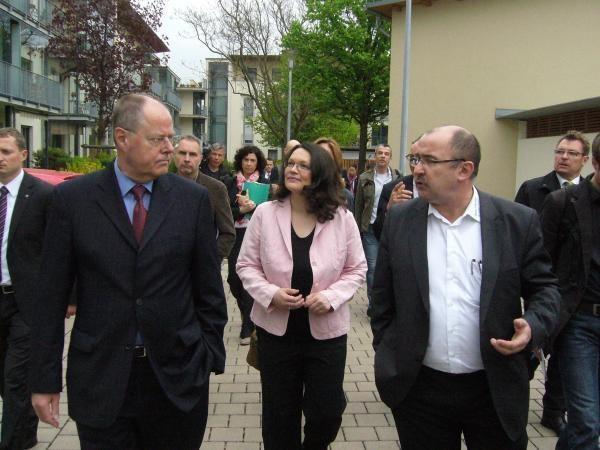 "Rundgang in Andernach: Peer Steinbrück, SPD-Generalsekretärin Andrea Nahles und ""Bauverein""-Geschäftsführer Walter Müller (rechts). Foto: Axel Holz"