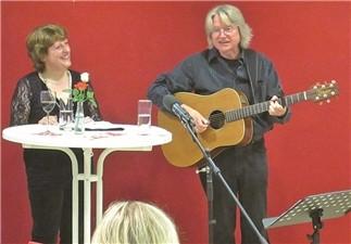 Krimi Autorin Gabriele Keiser und Folksänger Manfred Pohlmann faszinierten die über 30 Zuhörer.