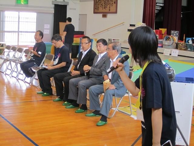 秋山幹事、三宅副委員長、松本会員が紹介される