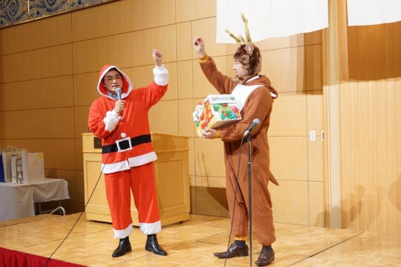 サンタさんとトナカイが子供達にプレゼント(^^)/