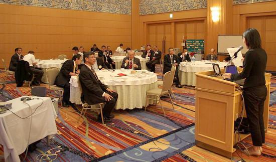 米山月間で陳芳露さんの卓話に耳を傾ける会員