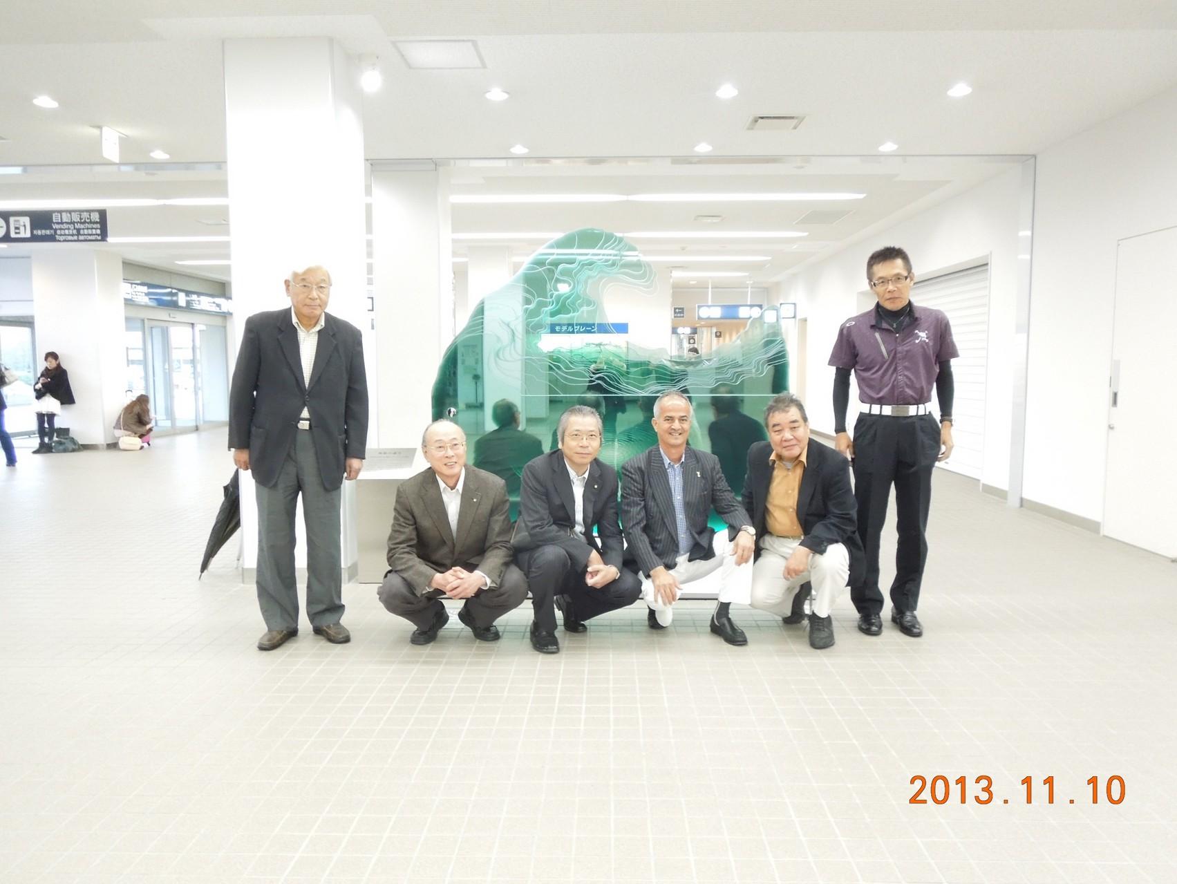 50周年記念碑の前で(富山空港)